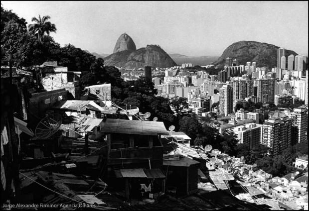 View from favela Santa Marta to Botafogo and the Sugarloaf, in the south zone of Rio de Janeiro. || Vista da favela Santa Marta par o bairro de Botafogo e o Pão de Açucar, na zona sul do Rio de Janeiro.