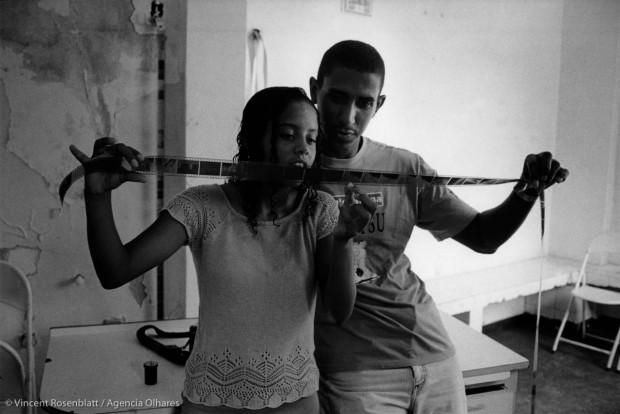 Shirlei Alves & Ivanildo Carmo dos Santos olham seus primeiros filmes revelados na oficina da ONG Olhares do Morro, na favela Santa Marta. Anos depois, Ivanildo se tornou cinematografista e está se formando em comunicação na universidade. © Vincent Rosenblatt / Agência Olhares