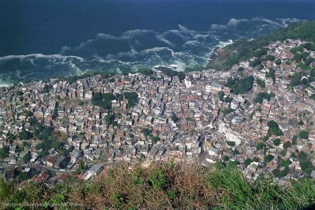 Favela Vidigal, as seen from Dois Irmões hill, in the south zone of Rio de Janeiro.|| Favela Vidigal vista da beira da pedra do morro Dois Irmões, zona sul do Rio de Janeiro.