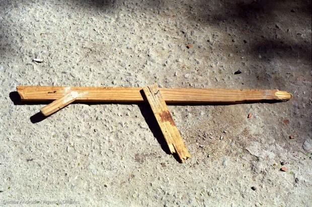 """Uma das """"armas"""" usadas pelas crianças na brincadeira de Policia e ladrão no Morro da Pereira. © Denise Andrade"""